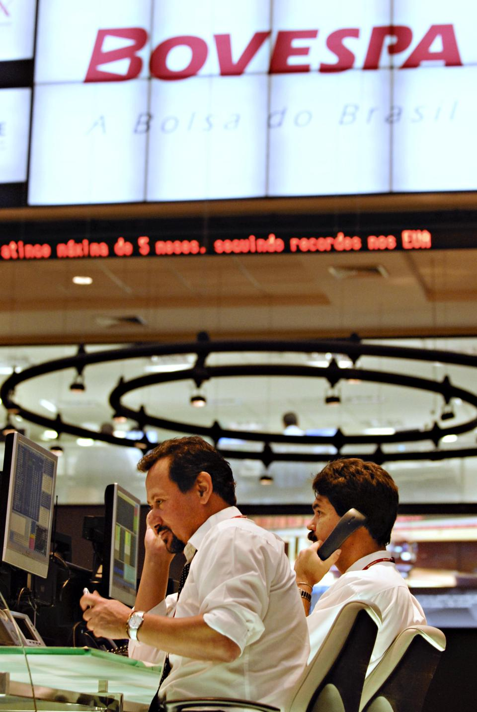 Traders work on the Espa ço Bovespa ( Bovespa Space ) floor at Bovespa Stock Exchange in Sao Paulo, Brazil, Friday February 8th , 2008