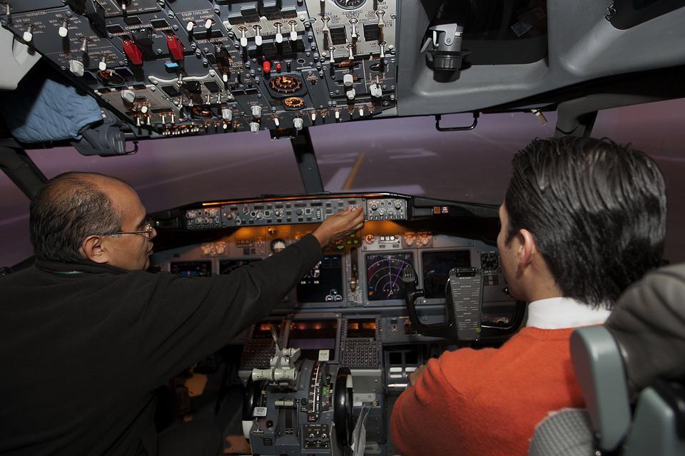 Aeromexico Pilots Train On Flight Simulators