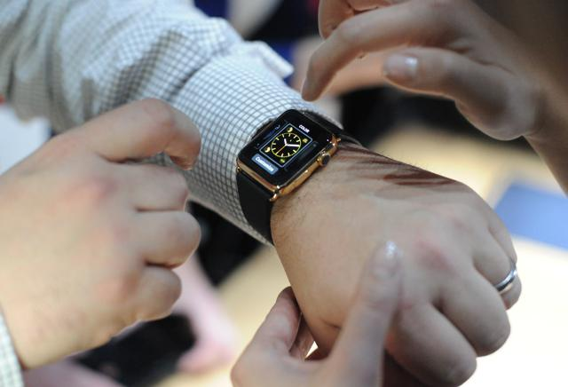 Apple Watch Reviews, Tim Cook's Smartwatch Struggles To Tell The Time