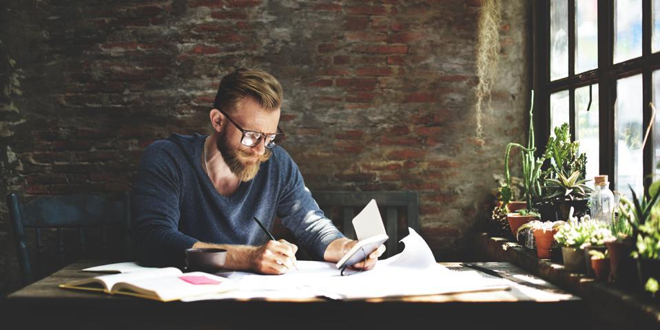 Praca zdalna może zapewnić brak spokoju i skupienia w miejscach pracy