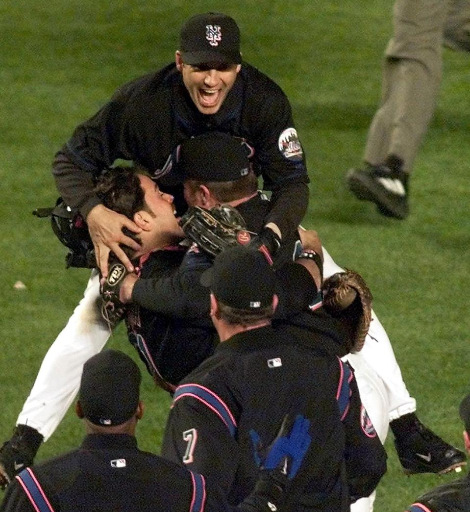 New York Mets' Robin Ventura (top) leaps on teamma