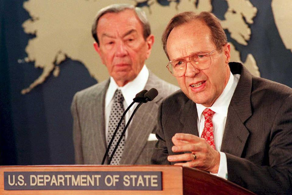 US Secretary of Defense William Perry (R) and US S