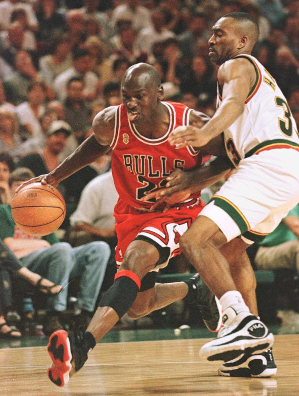 Chicago Bulls Michael Jordan (L) drives past Herse