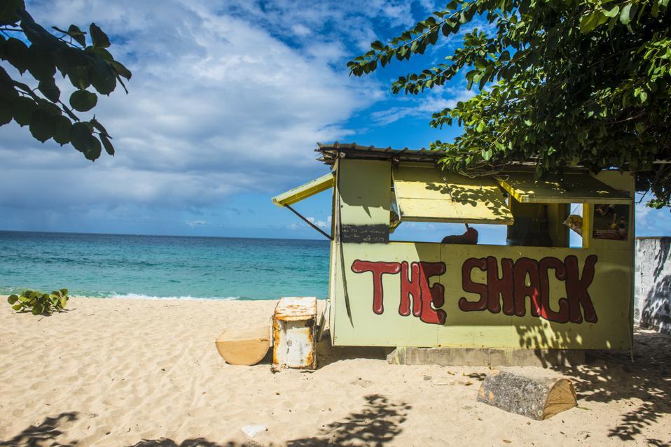 Petit bar de plage sur Magazine Beach, Grenade, îles du Vent, Antilles, Caraïbes, Amérique centrale