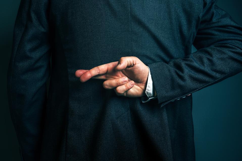 Homme d'affaires couché tenant les doigts croisés derrière le dos