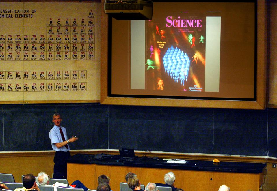 Professor Wolfgang Ketterle, winner of the 2001 Nobel Prize, talks to physics students on Gaseous Bo