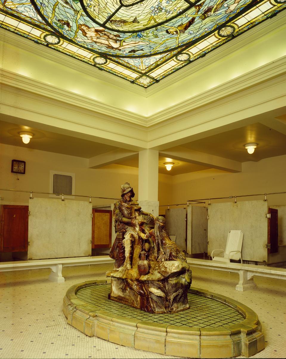 Une femme de chambre indienne verse de l'eau pour l'explorateur Hernando De Soto dans le bain des hommes au Fordyce Bathhouse,