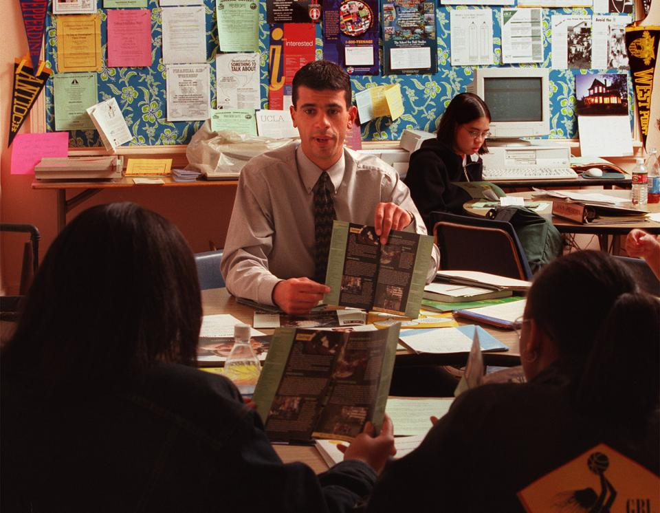 019157.ME.1108.apply1.rm David Reed, admissions counselor from the University of Oregon, meets with