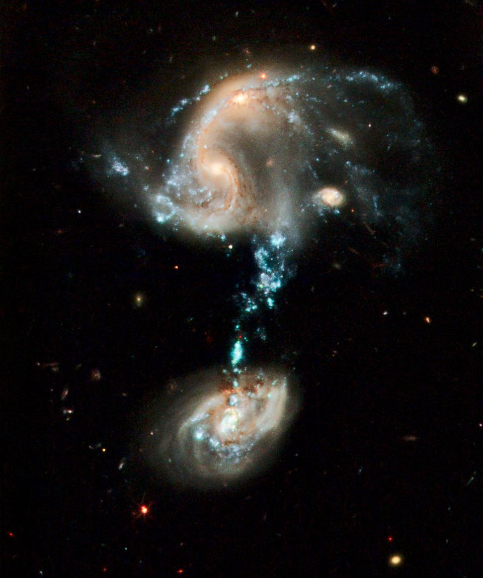 Arp 194, with the interstellar ″star bridge″ connecting the two galaxies.