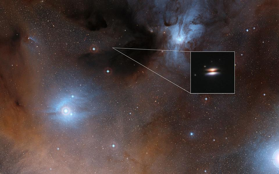 The young star 2MASS J16281370-2431391 is surrounded by a disc of gas and dust.