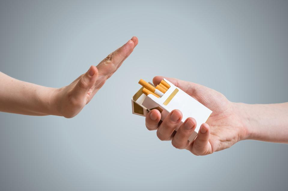 Cesser de fumer le concept. La main refuse l'offre de cigarettes.