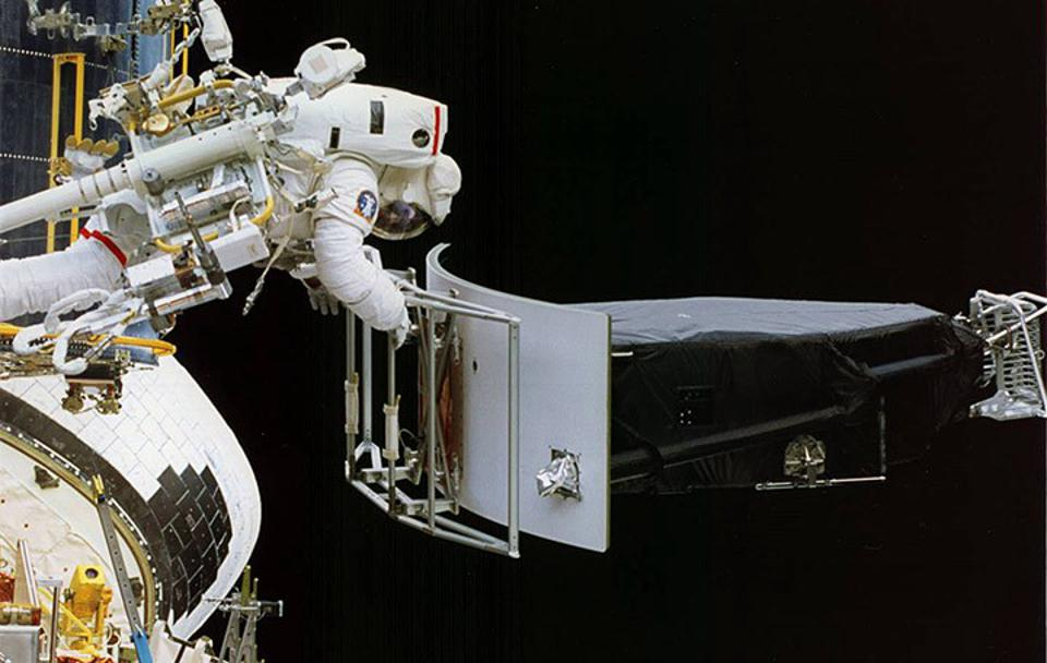 Removal of WFPC 1 during Hubble's first servicing mission.