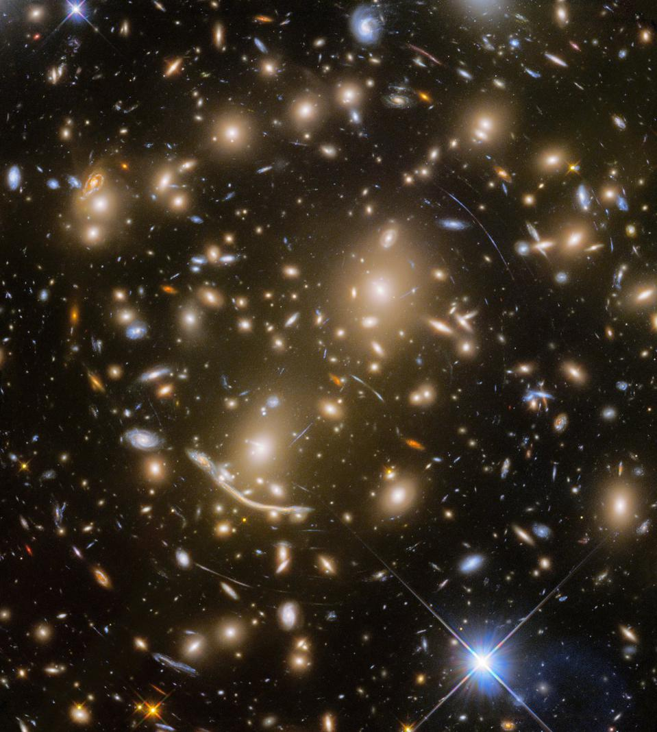 The streaks and arcs present in Abell 370, a galaxy cluster from Hubble Frontier Fields.