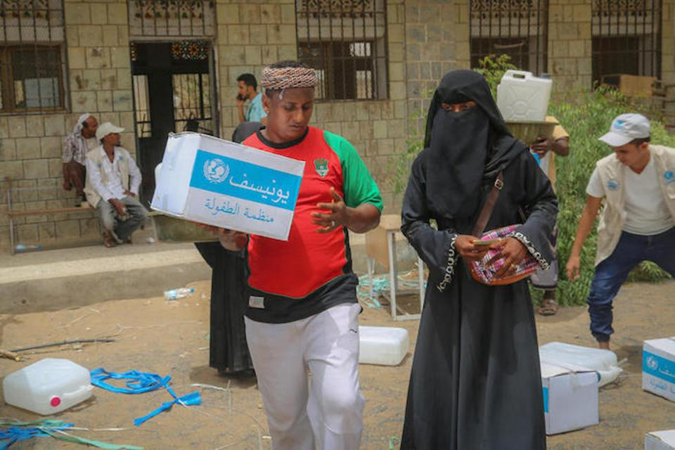 Workers offload UNICEF-supported emergency humanitarian supplies for distribution in Hodeida, Yemen.