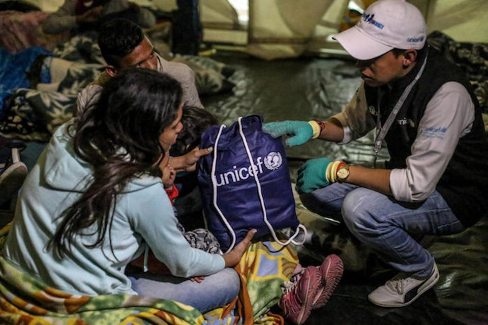 At the main border crossing site from Colombia to Ecuador, Rumichaca, UNICEF has installed tents to temporarily host families crossing into Ecuador. Families in need also receive blankets, hygiene supplies for babies and cash transfers.