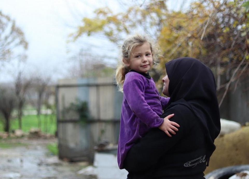Najla, 34 menjadi janda ketika suaminya dibunuh dengan cara ditembaki pada tahun 2016. Dia dan keempat anaknya (termasuk Mountaha, 3) tinggal di sebuah kamar yang belum selesai di Aleppo timur, Suriah.