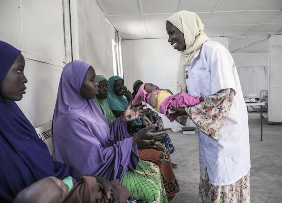 UNICEFi tervishoiutöötaja naaseb beebi Aishati emale Hausale UNICEFi toetatud tervisekliinikus Muna Garage'i ümberpaigutamislaagris, Maiduguris, Borno osariigis, Kirde-Nigeerias.
