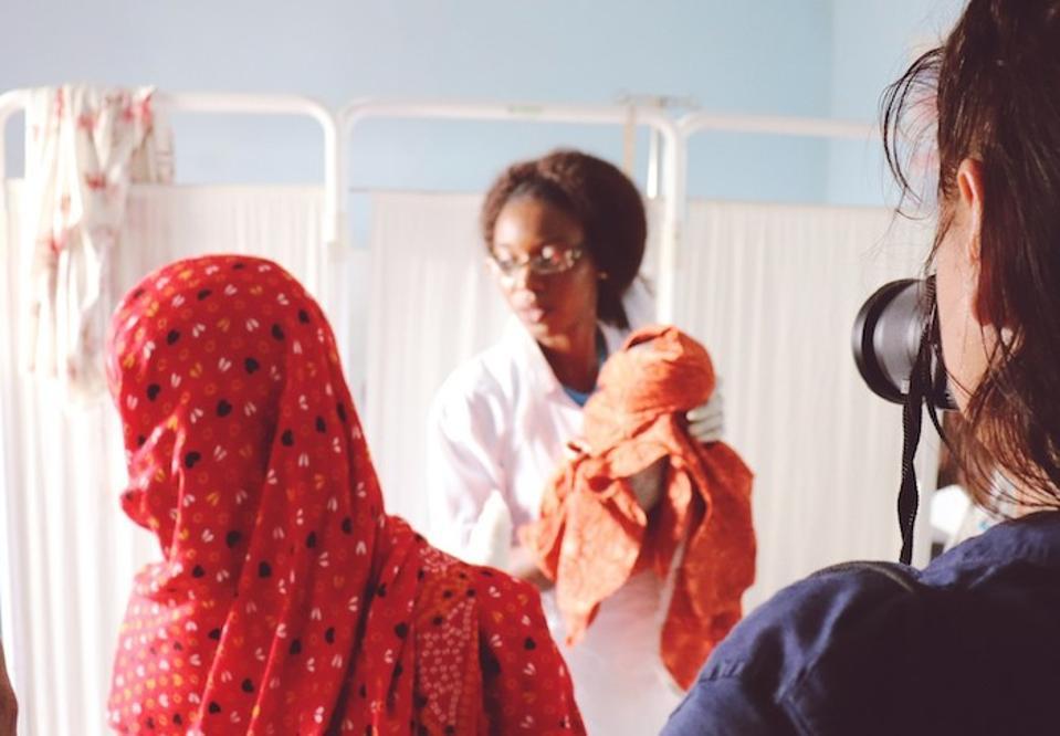 UNICEFi ämmaemand Gloria hoiab lapsi, kes toimetas varsti tagasi tervisekliinikus naistele, kes elavad ümberasustatud perekondade laagris Nigeeria kirdeosas.