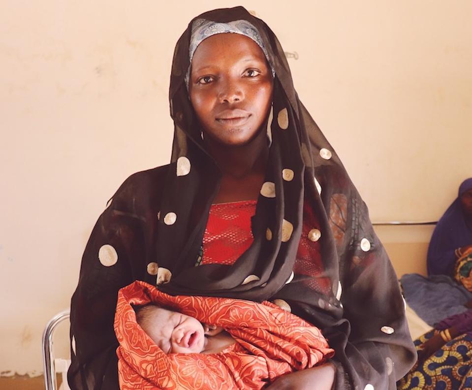 Hauwa, 13, on oma vennapoeg, sündinud vaid paar tundi enne UNICEFi poolt toetatud kliinikus asuval laagris Bankis, Borno osariigis Nigeerias.