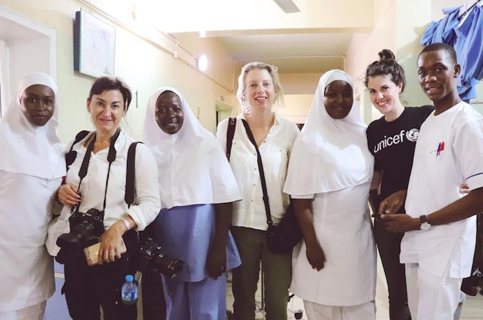 Kirjanik, teine paremal; fotoajakirjanik Lynsey Addario (koos kaameraga) ja TIME's Aafrika korrespondent Aryn Baker (keskel) külastasid UNICEFi toetatavaid tervisekliinikuid ja intervjueerisid tervishoiutöötajaid Nigeerias Borno osariigis oktoobris 2018.