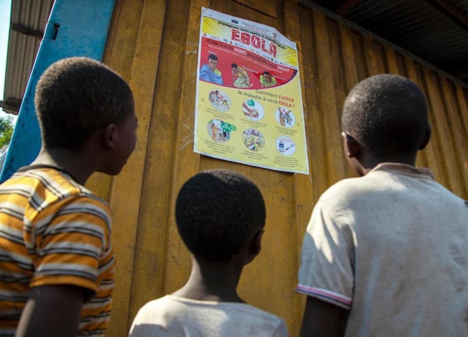 I bambini leggono un poster sulla consapevolezza di Ebola nel Nord Kivu, nella Repubblica Democratica del Congo (RDC) nell'agosto 2018.