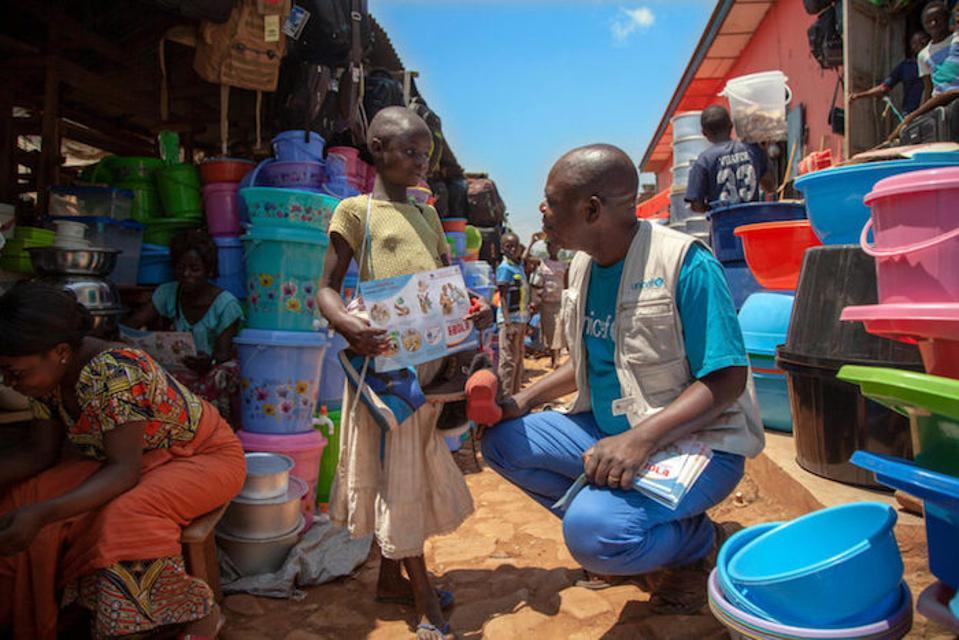 Jean-Pierre Masuku, responsabile per l'ebollizione Ebola dell'UNICEF nel Nord Kivu, discute della prevenzione dell'ebola con una ragazza in Beni affetta da ebola nella Repubblica Democratica del Congo (RDC).