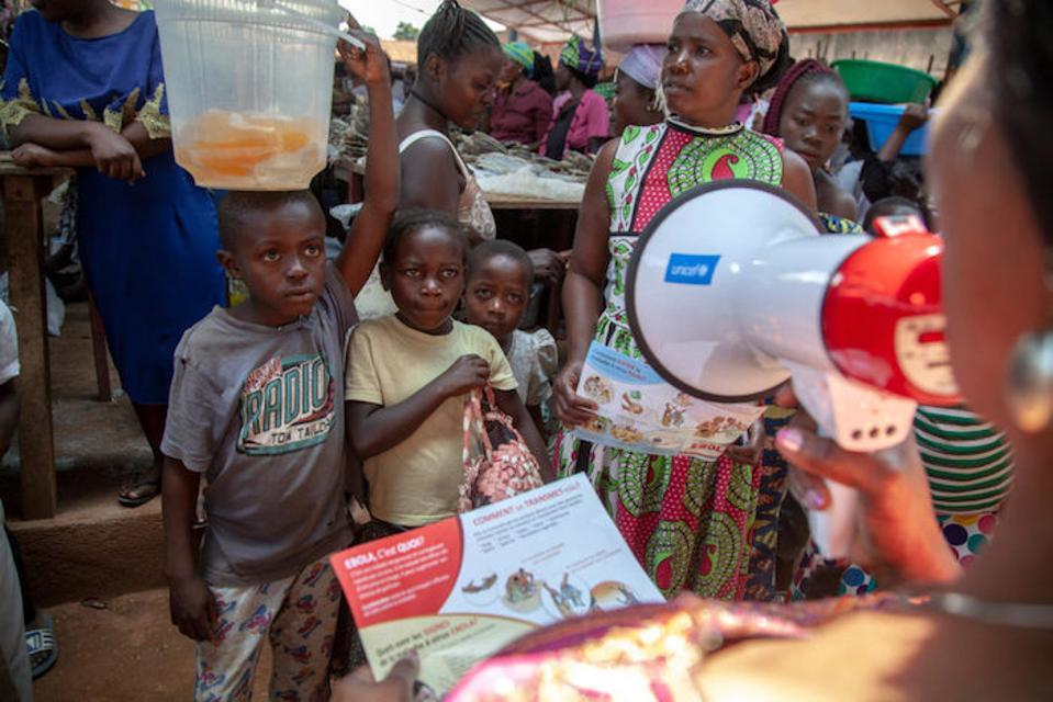 Un membro del team di sensibilizzazione di Ebola dell'UNICEF si rivolge ai bambini di Eboli colpiti da Beni nel Nord Kivu nella Repubblica Democratica del Congo.