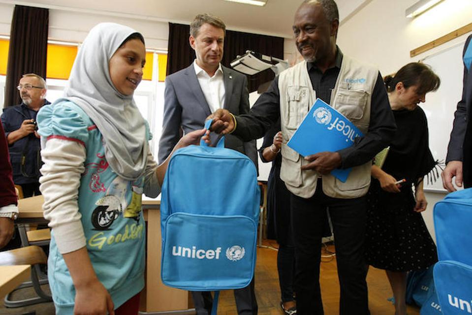 Perwakilan UNICEF di Serbia Michel Saint-Lot mengunjungi sekolah dasar Jovan Ristic di Borca, Serbia, di mana ransel UNICEF yang diisi dengan perlengkapan sekolah didistribusikan kepada semua siswa, termasuk anak-anak pengungsi dan migran.