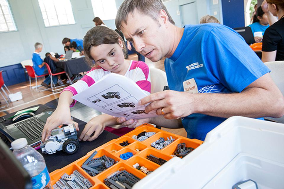 National Instruments employees volunteer