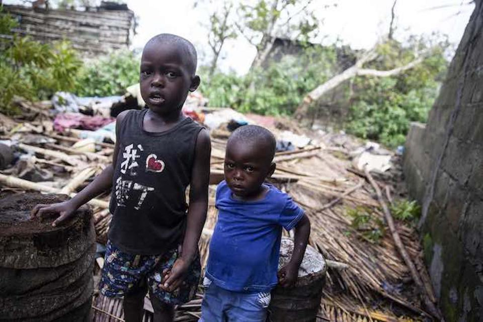 Mosambiigis seisavad Manuel Jose (vasakul) ja tema vend Francisco kõrval oma maja varemed, mida hävitas tsüklon Idai.