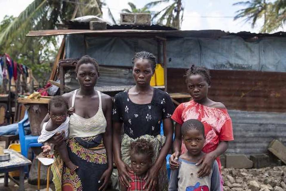 Seitseteistkümneaastane Anna Francesco (kes hoidis oma tütre, vasakul) ja tema õed-vennad seisid oma kodu ees, mis hävis tsüklonis.