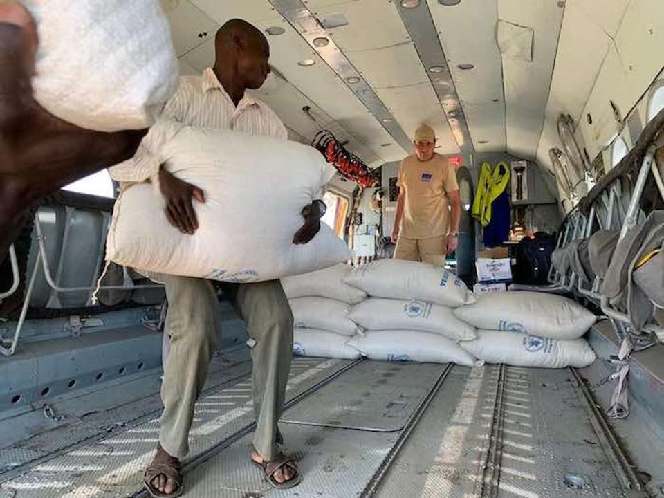 Söögikottid saabusid levitamiseks Beira, Mosambiigi koorega šokeeritud elanikele.