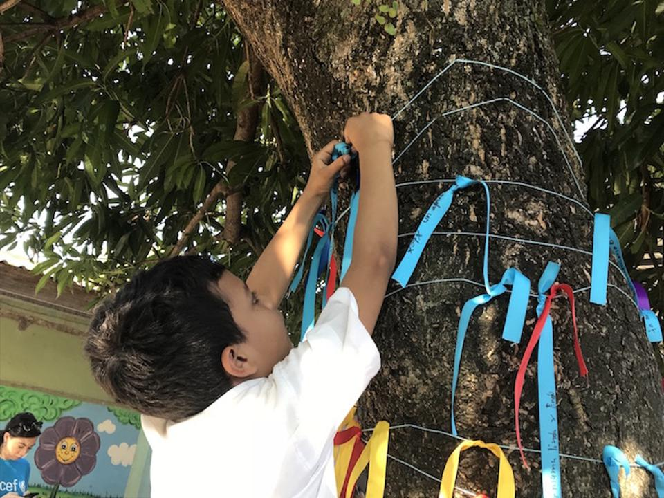 At Escuela Atenea in La Ceiba, as part of a UNICEF-supported program, Proyecto Crearte, students are encouraged to express their feelings about violence in their communities through a ″feelings tree.″