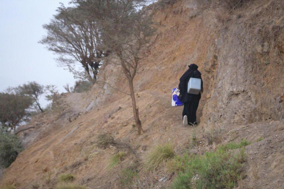 A local health worker carries vaccines in a cold-chain container from Dhamar, Yemen to reach children in remote, high-risk areas as part of a massive mobile measles and rubella vaccination campaign backed by UNICEF in early 2019.