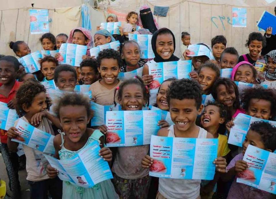 UNICEF verí, že deti by sa mali počas imunizačného procesu cítiť rešpektované a informované. Tu deti v Jemene majú brožúry určené na vzdelávanie o vakcínach proti osýpkam a rubeole, ktoré majú dostať.
