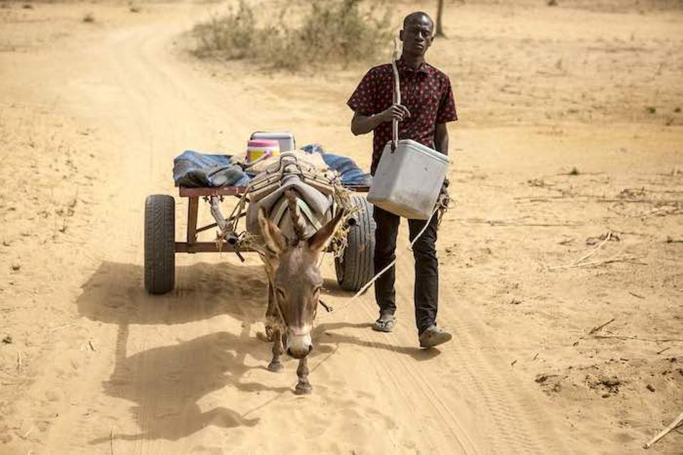 Mobilný vakcinátor Mamadou Kassé, ktorý pracuje v zdravotníckom centre podporovanom UNICEF v regióne Mopti v Mali, zaznamenal množstvo kilometrov, aby sa dostal k deťom, ktoré nemohli prísť do zdravotného strediska.