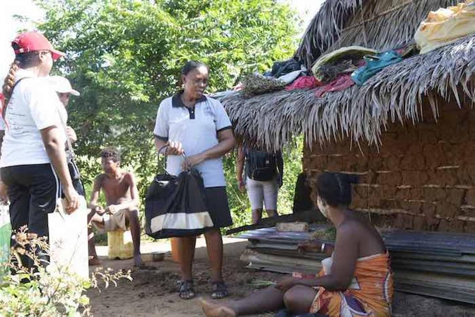 Mamolololona (centrum) pracuje ako sociálny mobilizátor na Madagaskare a povzbudzuje rodičov, aby očkovali svoje deti.