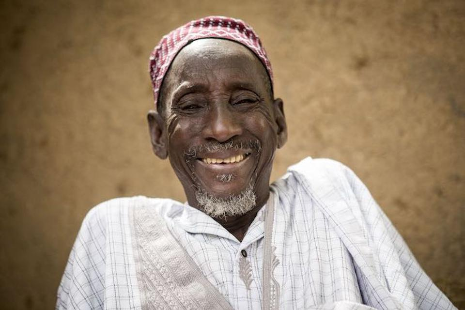 Gouro Barry, šéf dediny v Mali, je jedným z mnohých lídrov v komunite, ktorí pracujú s UNICEF na rozptýlení strachu z vakcín a radia rodinám o výhodách imunizácie.