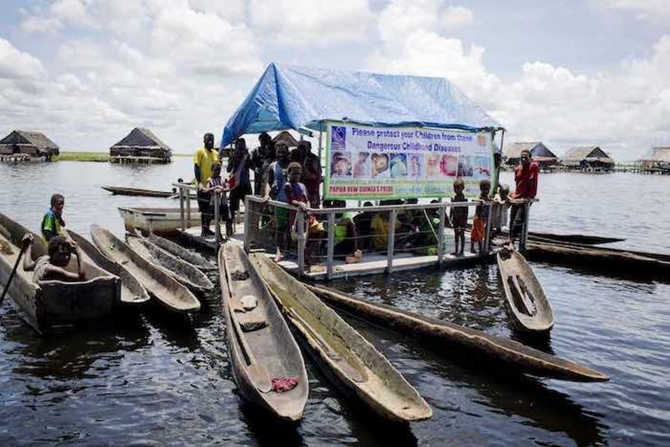 Tieto vykopané kanoe patria rodičom, ktorí cestovali, aby mali svoje deti zaočkované proti detskej obrne na mobilnej zdravotnej klinike v Papue-Novej Guinei.