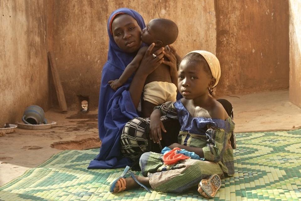 V roku 2013, keď jej dcéra Maryam ochorela na detskú obrnu, Aisha Umar začala dobrovoľne počas kritického očkovania v štáte Kano v Nigérii.