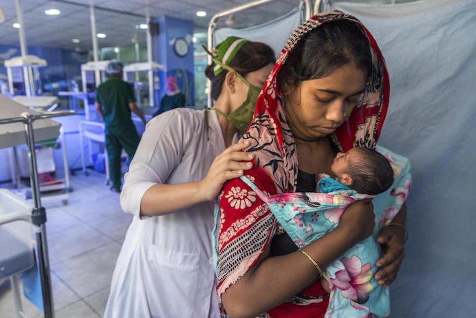 La refugiada rohingya, Sharmin Akhter, de 19 años, tiene a su recién nacido en un centro de atención neonatal apoyado por UNICEF en Cox's Bazar, Bangladesh.
