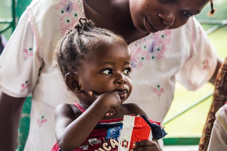 Esta madre trajo a su niña para ser tratada por malnutrición en el Centro de Salud Mama Mwilu, con apoyo de UNICEF, en Kananga, provincia de Kasai-Occidental, República Democrática del Congo.