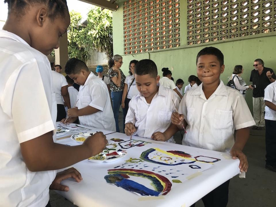 At Escuela Atena in San Pedro Sula, Honduras, UNICEF and Mujeres en las Artes staff create art projects and activities that help children process the trauma they've experienced.