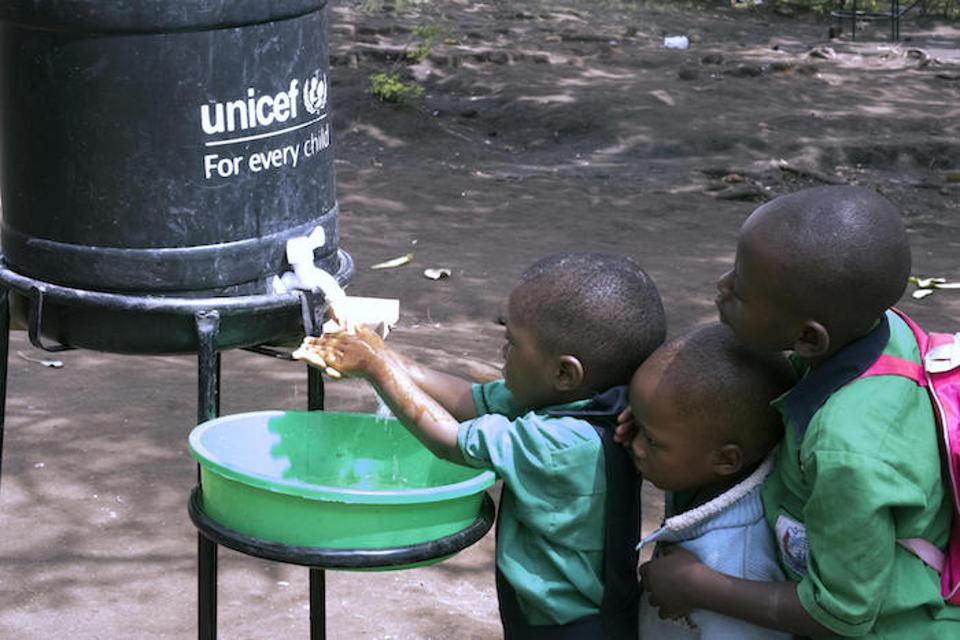 Pupils of Nyabungo Parents Primary School near the Uganda-DRC border wash hands as part of the response to the Ebola outbreak, supported by UNICEF, Uganda Red Cross, WHO and the Ugandan government.