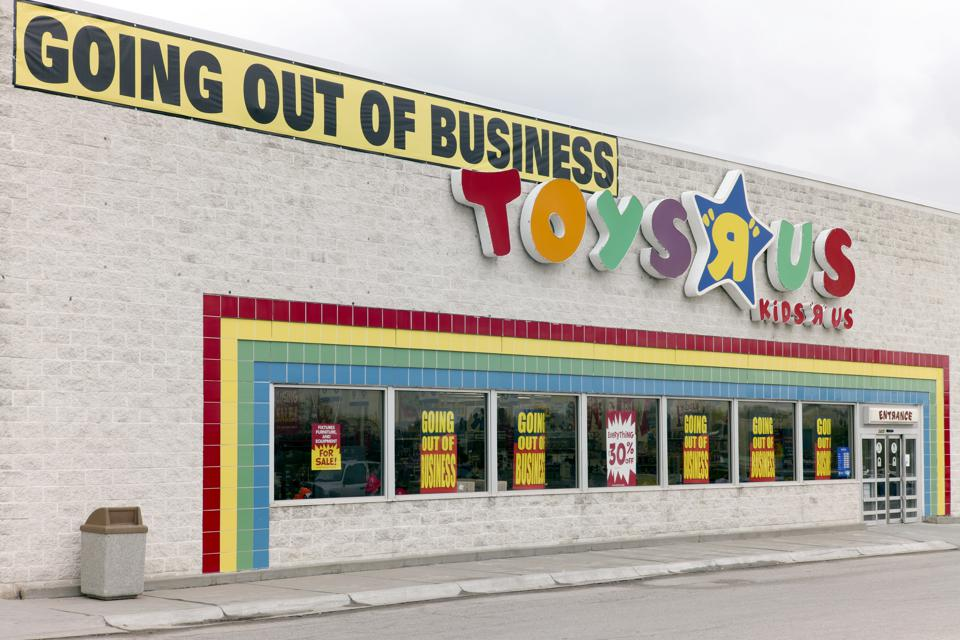 An image of a Toys R Us store in Nebraska with a Going Out Of Business banner
