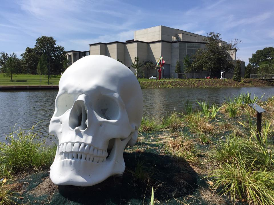 Katharina Fritsch, Schädel (Skull) 2017 with New Orleans Museum of Art in background. Painted bronze. Gift of Sydney and Walda Besthoff, 2018-63.