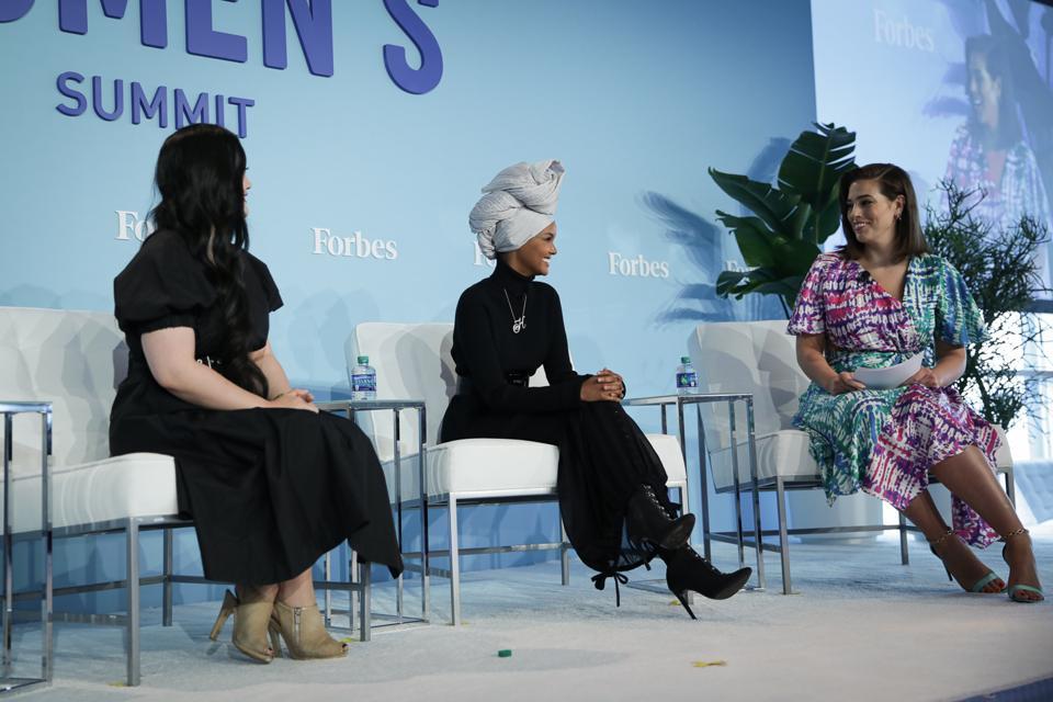 Amanda Nguyen, fondatrice et PDG de Rise, est photographiée avec Halima Aden et Ashley Graham.