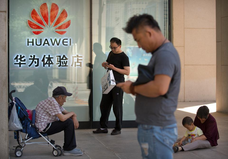 Premium phone powerhouse Huawei is gaining on Samsung and beating Apple in China.