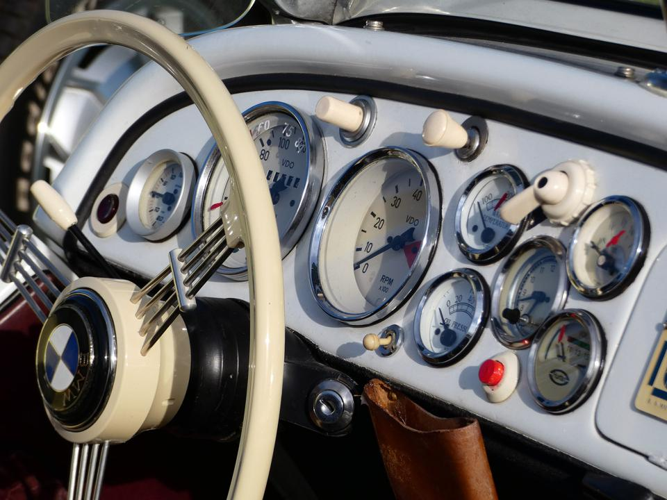 1939 BMW dash panel was a clutter of buttons and gauges.