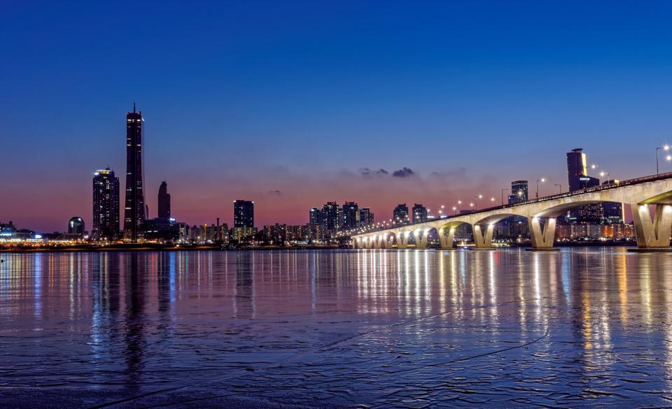 One of Seoul's most important natural landmarks, the Hangang River divides the city into north and south.